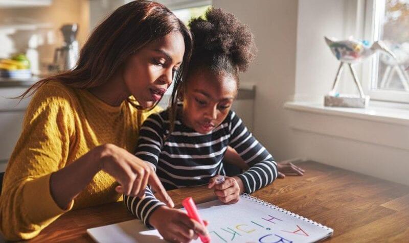 maestra y alumna aprendiendo